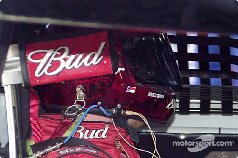 Dale Earnhardt Jr. empja con una llanta nueva