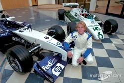 Nico Rosberg con el Williams FW24 2002 y el Williams FW08 que manejó su padre Keke durante el Campeo