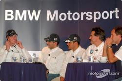 Los pilotos de BMW, Ralf Schumacher, Juan Pablo Montoya, el piloto de pruebas, Marc Gene y Gerhard Berger y Dr. Mario Theissen (directores de BMW Motorsport) en la conferencia de prensa