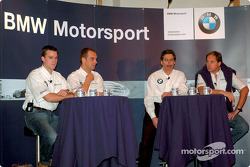Los pilotos de BMW, Dirk Muller, Jorg Muller, Gerhard Berger y Dr. Mario Theissen (directores de BMW
