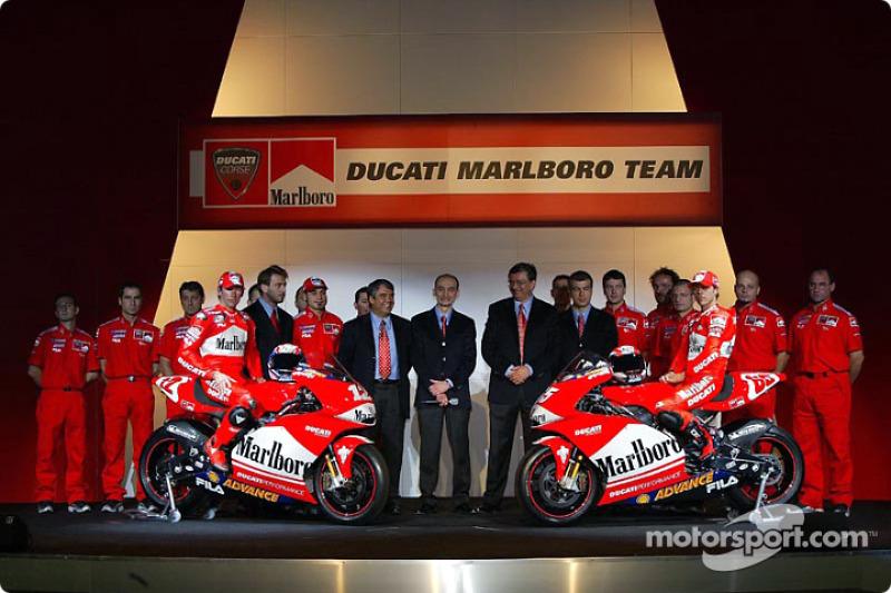 Los pilotos Loris Capirossi y Troy Bayliss y el equipo Ducati Marlboro