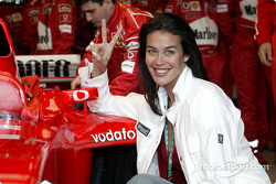 Le top model Megan Gale avec l'équipe Ferrari
