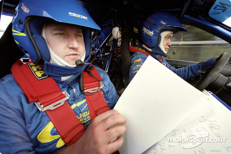 Piloto de Rally el canadiense Pat Richard y el sueco copiloto Mikael Johansson conducen el Subaru Rally Team Canadá Impreza