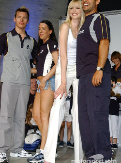 BMW WilliamsF1 Fashion Show in Barcelona: Juan Pablo struggles to reach Nadja