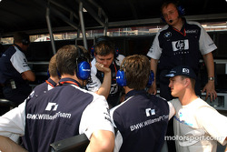 Ralf Schumacher discusses with Williams-BMW team members
