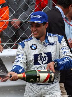 Champagne para el ganador de la carrera Juan Pablo Montoya