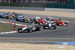 Arrancada: Kimi Raikkonen toma el liderato pasando a Ralf Schumacher