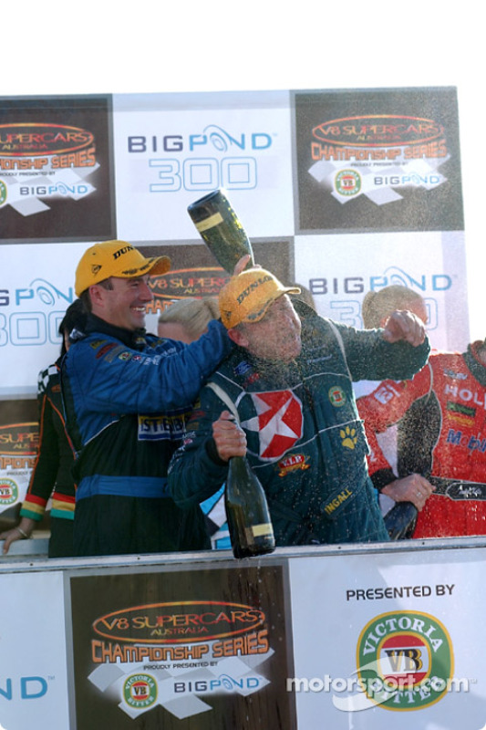 Marcos Ambrose aide son coéquipier Russell Ingall à célébrer sa victoire