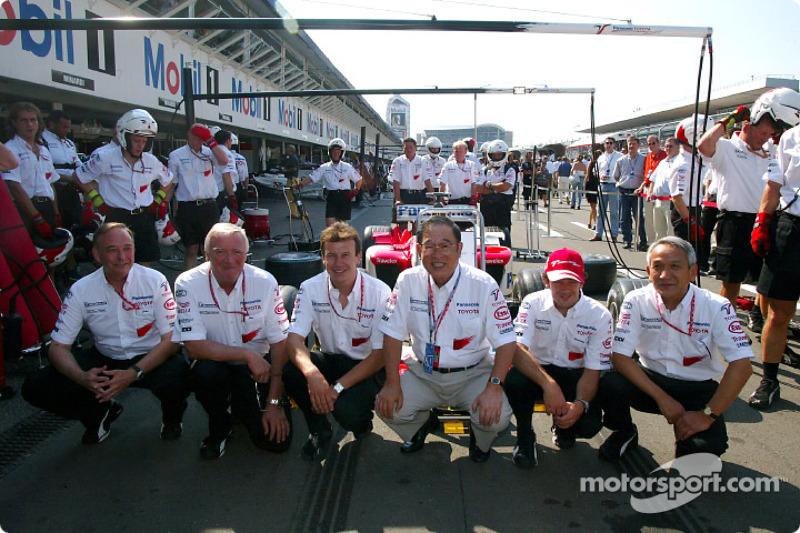 John Howett, Presidente de TMG, Ove Andersson, director del equipo Toyota, Olivier Panis, Fujio Cho, Presidente de TMC, Cristiano da Matta y Tsutomu Tomita, Presidente de TMG
