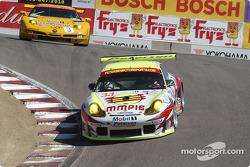 #31 White Lightning/Petersen Motorsports Porsche 911 GT3RS: Johnny Mowlem, Craig Stanton, Nic Jonsson