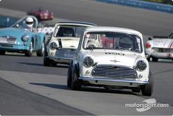 La #850 Morris Cooper de 1965 mène le groupe 1 dans les esses