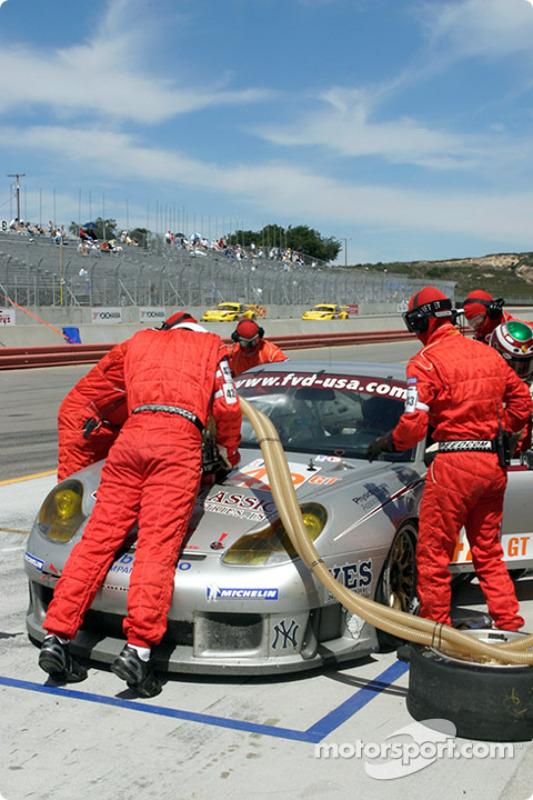 La #42 Orbit Racing Porsche 911 GT3RS pendant un arrêt au stand