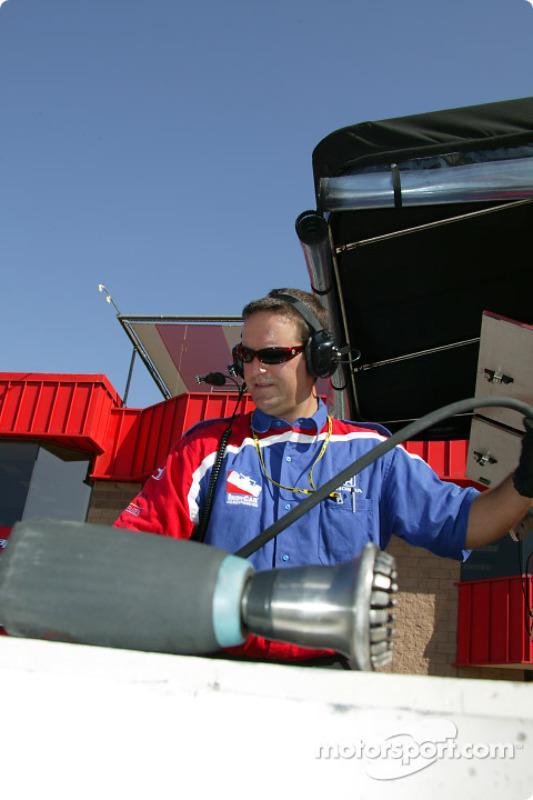 Un membre de l'équipe Access Motorsports