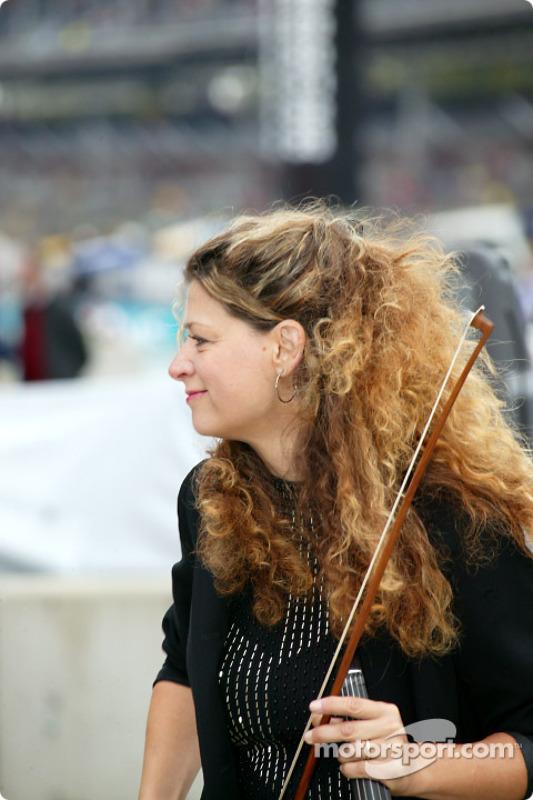Violinista listo para el Himno