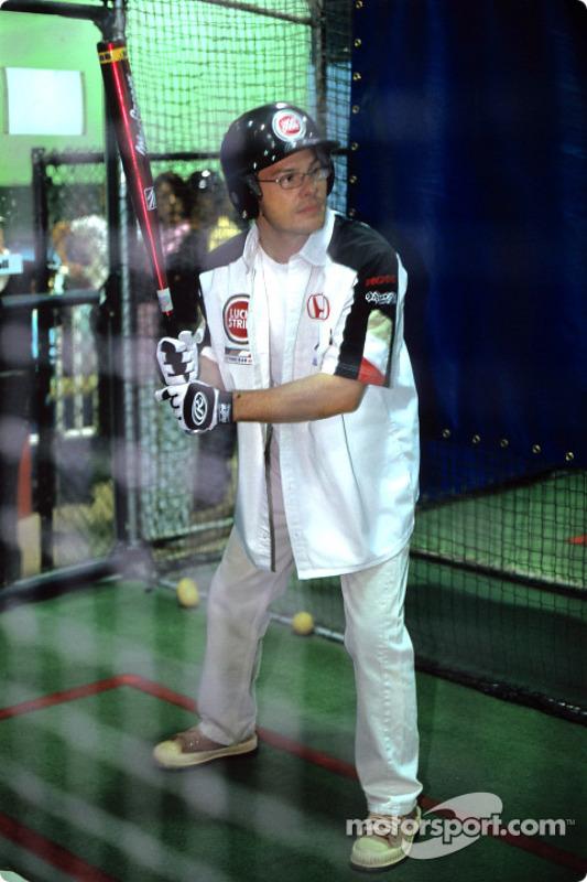 Jacques Villeneuve juega béisbol