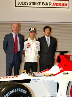Takuma Sato est annoncé comme pilote BAR-Honda titulaire pour le Championnat du Monde de Formule 1 2004 : David Richards, Takuma Sato et Takeo Kiuchi
