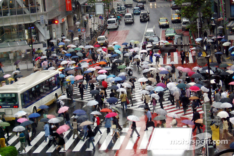 Cruce de Shibuya calle bajo la lluvia