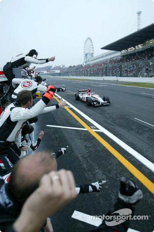 Jenson Button franchit la ligne d'arrivée