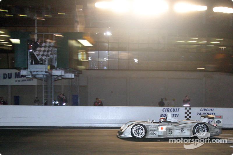 Seiji Ara bajo la bandera a cuadros con el #5 de Audi Sport Japan