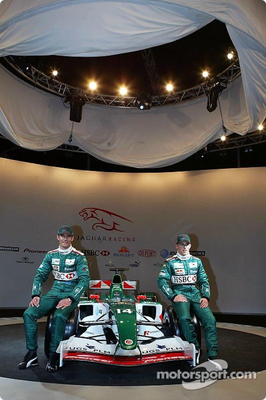 Mark Webber et Christian Klien posent avec la nouvelle Jaguar R5