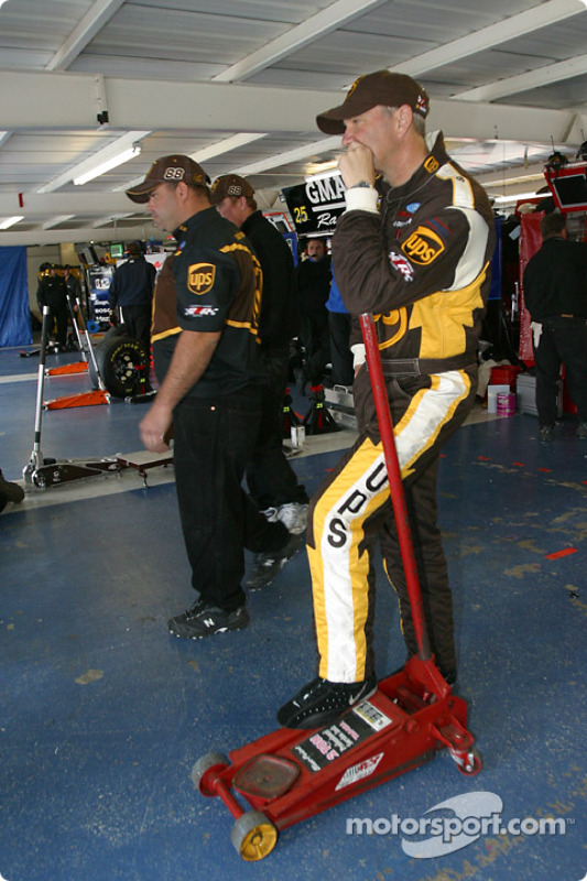 Dale Jarrett attend pendant que son équipe travaille sur sa voiture