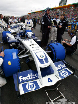 Williams-BMW team members on starting grid