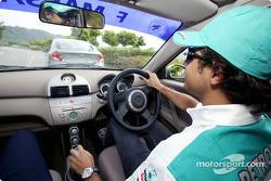 Sauber Petronas pilotu s visit Kuala Lumpur: Felipe Massa ve Giancarlo Fisichella test drive yeni Pr