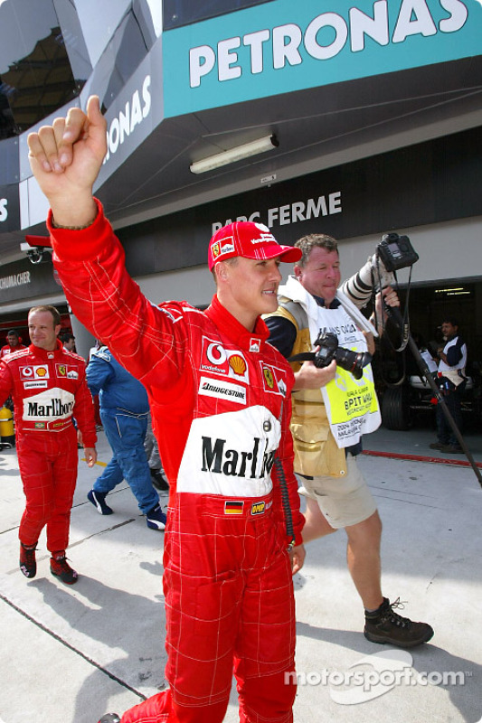 Michael Schumacher célèbre sa pole position