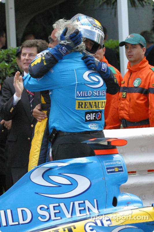 Jarno Trulli fête sa victoire avec Flavio Briatore