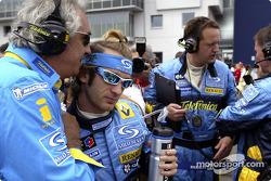 Flavio Briatore and Jarno Trulli on the starting grid