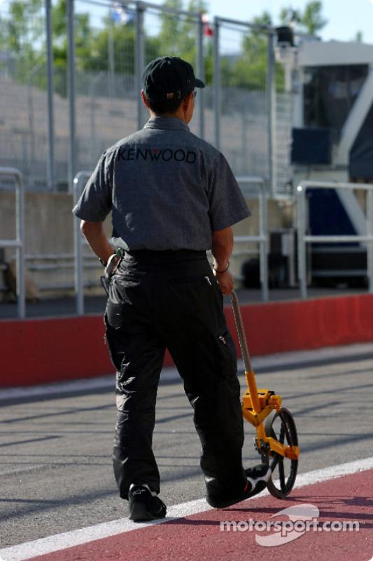 On mesure le box McLaren