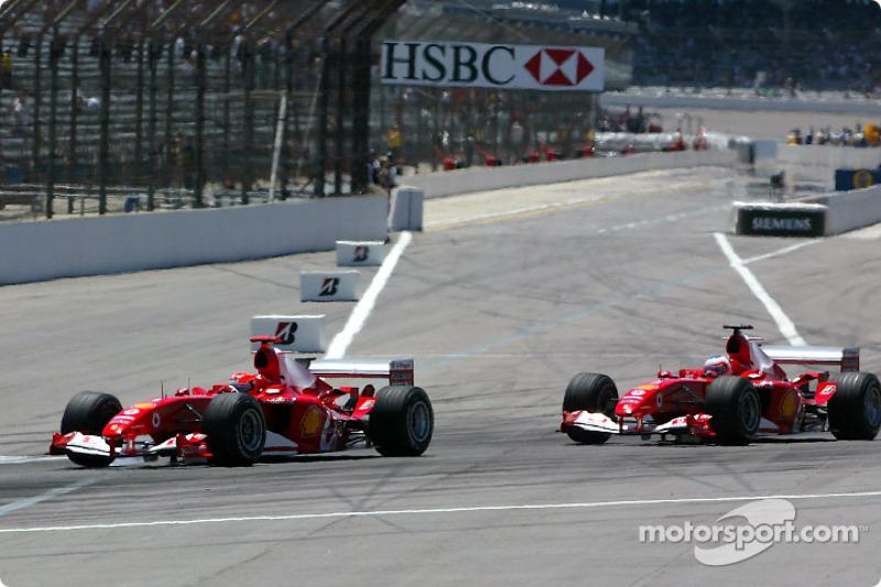 Michael Schumacher delante de Rubens Barrichello
