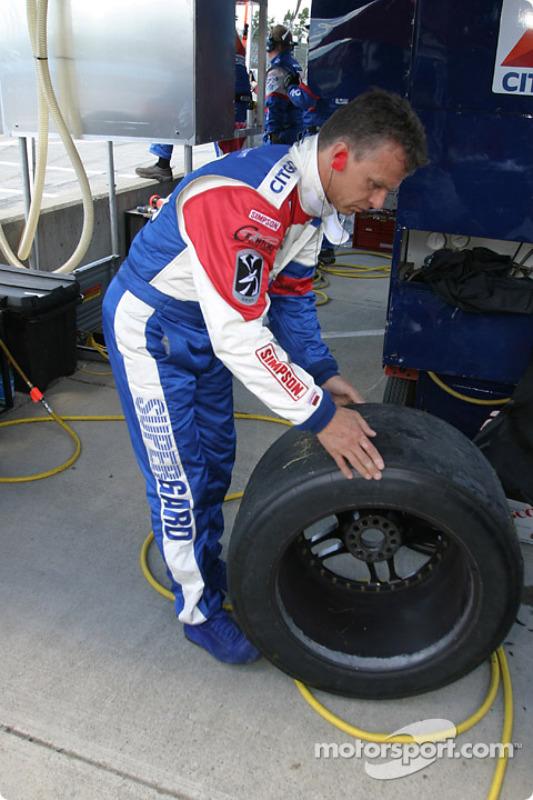 Jan Lammers inspecte les pneus