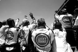 Los miembros del equipo BAR Honda celebra tercer final del lugar de Takuma Sato