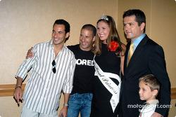 Helio Castroneves, Tony Kanaan, la princesse du festival de l'Indy 500 Lauren Petticrew, Gil et Luke De Ferran