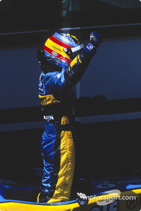 Fernando Alonso fête sa deuxième place à l'arrivée