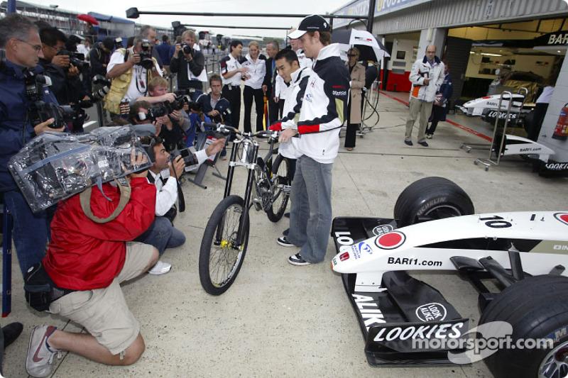 Presentación de bicicleta de montaña Honda G Cross: Takuma Sato y Jenson Button