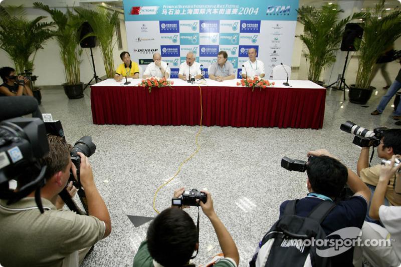 Press conference: Dunlop China President Soeda Koji, Volker Strycek, ITR President Hans Werner Aufrecht, Norbert Haug and Dr Wolfgang Ullrich