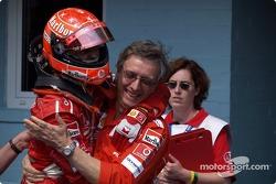 Ganador de la carrera Michael Schumacher celebra con Paolo Martinelli