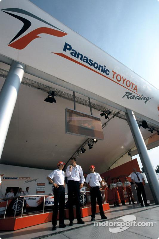 Olivier Panis et Cristiano da Matta dans la salle de merchandising Toyota Racing
