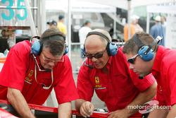 Un mécanicien de Risi Competizione cherche la cause du problème électrique sur leur Ferrari 360 GTC Modena n°35