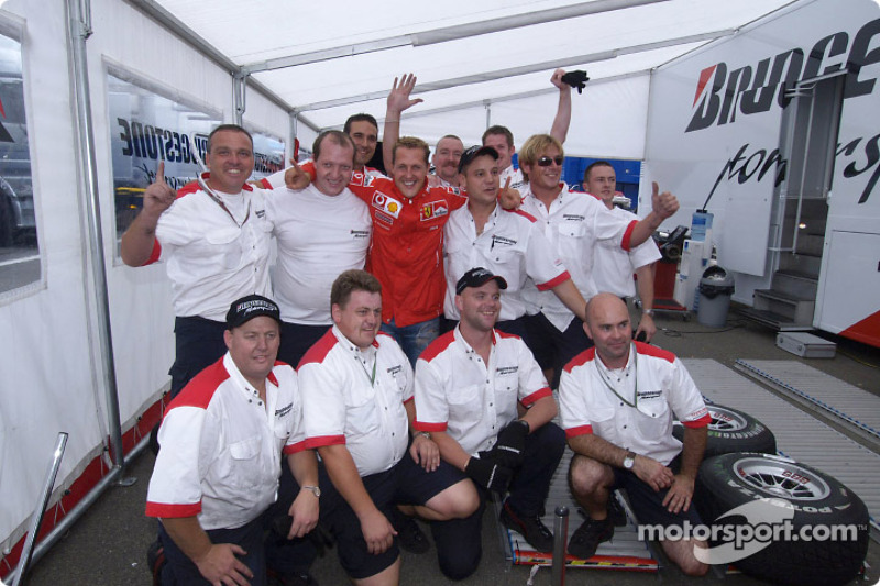 Michael Schumacher celebra su 7 º Campeonato del mundo con los miembros del equipo Bridgestone