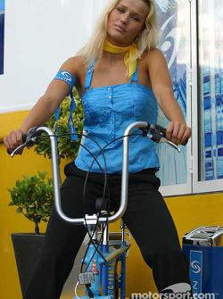 Une charmante hôtesse Renault F1