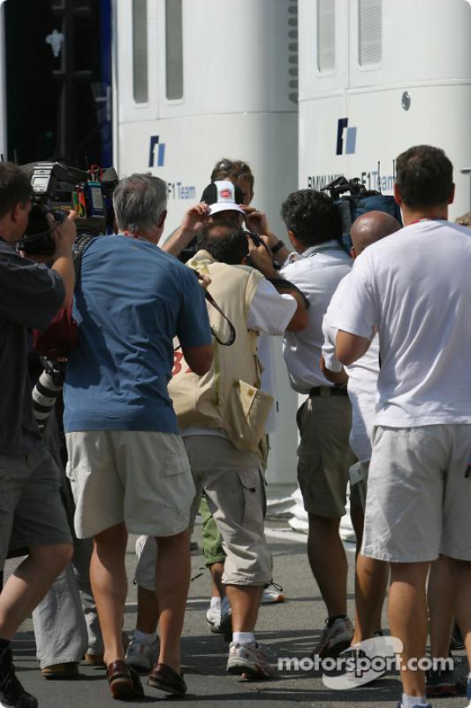 Jenson Button entouré de photographes