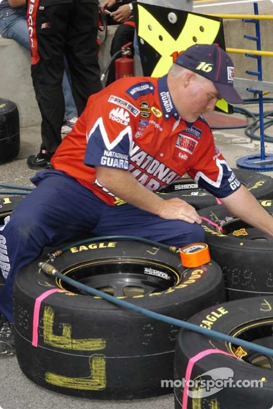 Le préposé aux pneus ajuste les pressions