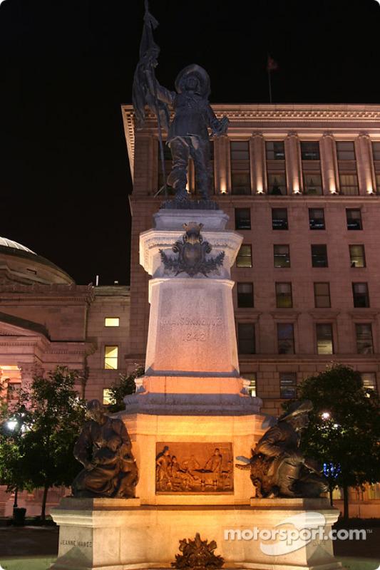 Les nuits de Montréal : statue de Maisonneuve, le fondateur de Montréal en 1642