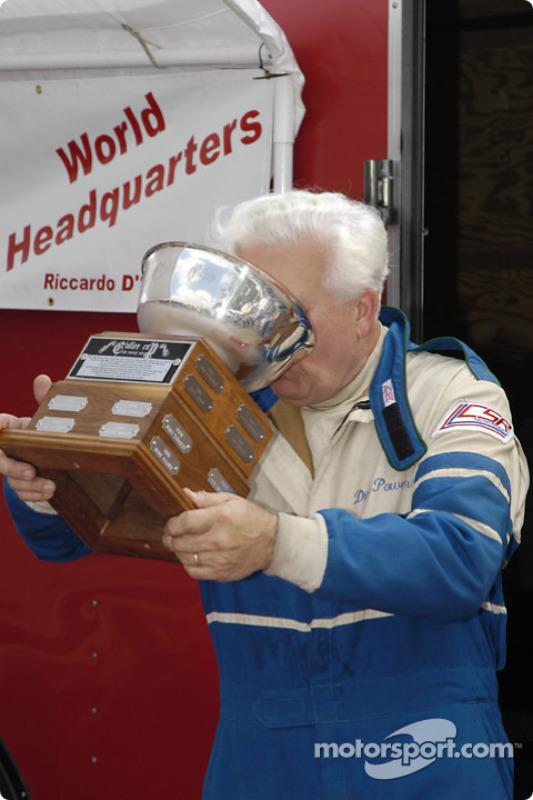 Dick Powers fête sa Collier Cup avec ses amis