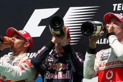 Podium: vainqueur Sebastian Vettel, Red Bull Racing, 2e  Lewis Hamilton, McLaren Mercedes, 3e Jenson Button, McLaren Mercedes