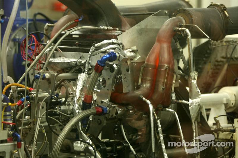 Cosworth motor testen, bezoekt de Cosworth-fabriek in Northhampton