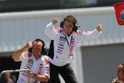 Менеджер команды LCR Honda MotoGP Лучио Чеккинелло празднует финиш в очках Роджера Ли Хейдена, LCR Honda MotoGP